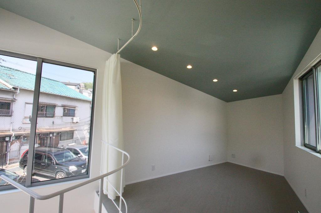 2階。片流れの天井[新築物件]