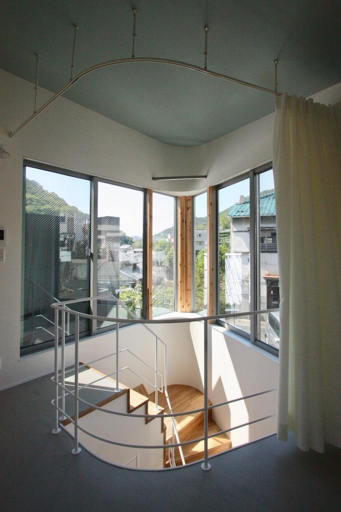 2階。階段に大きな窓[新築物件]