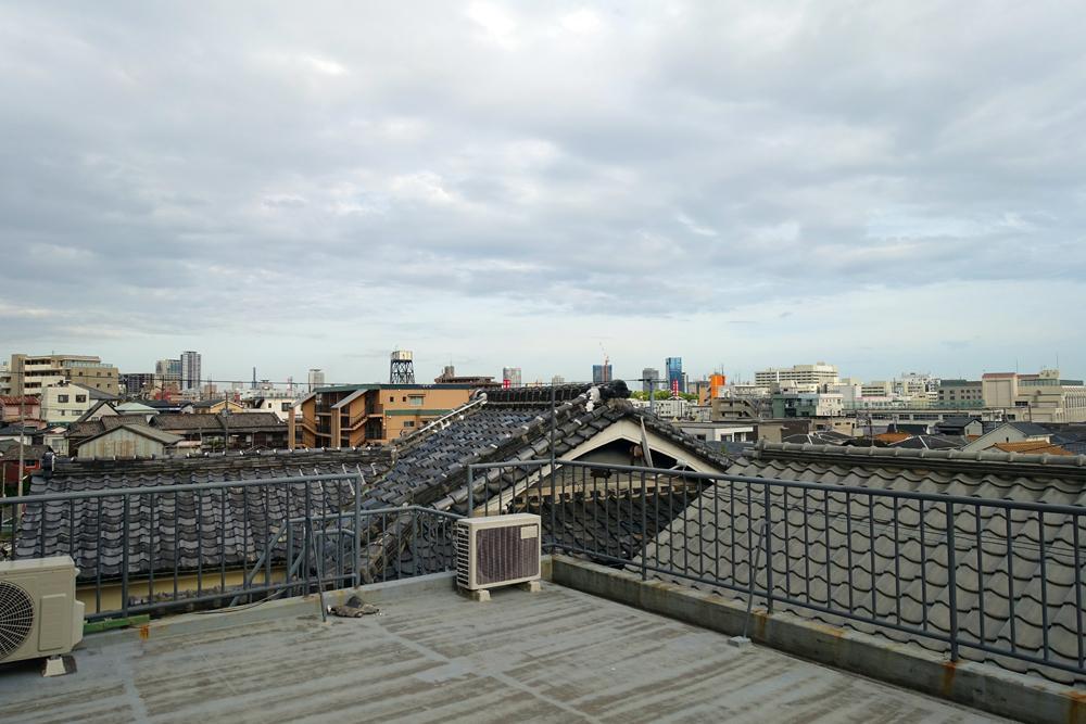屋上、遠くまで抜ける風景