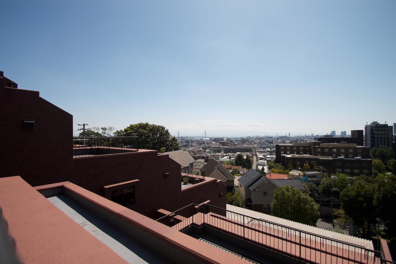 バルコニーからの眺望。街越しに海まで見える
