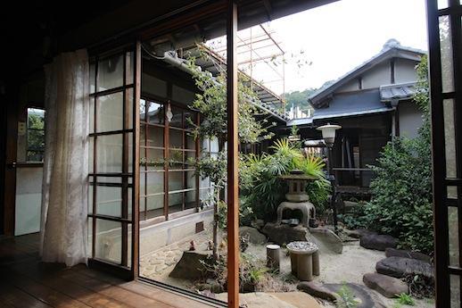 縁側。中庭と渡り廊下の風景が沁みる。
