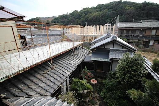 2階から。中庭を見下ろし、遠くの山並みを望む。