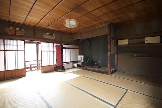 縁側付の2階和室。床の間も見事な造り。