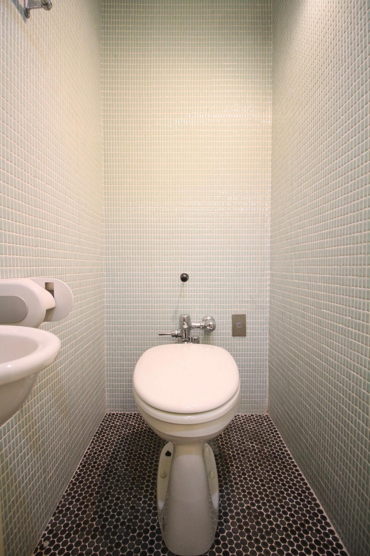 タイル張りのトイレ(503号室)