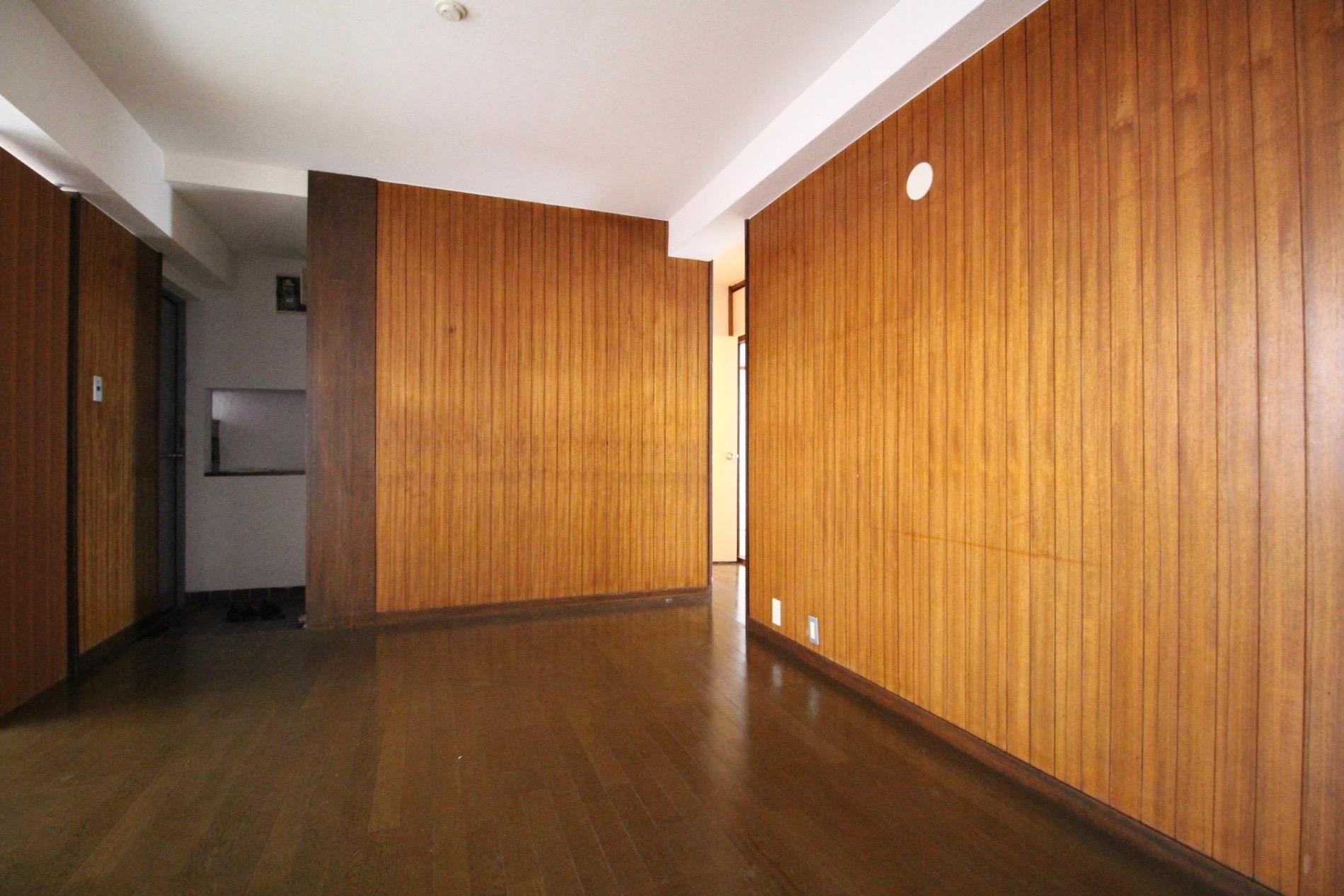 味のある木張りの壁