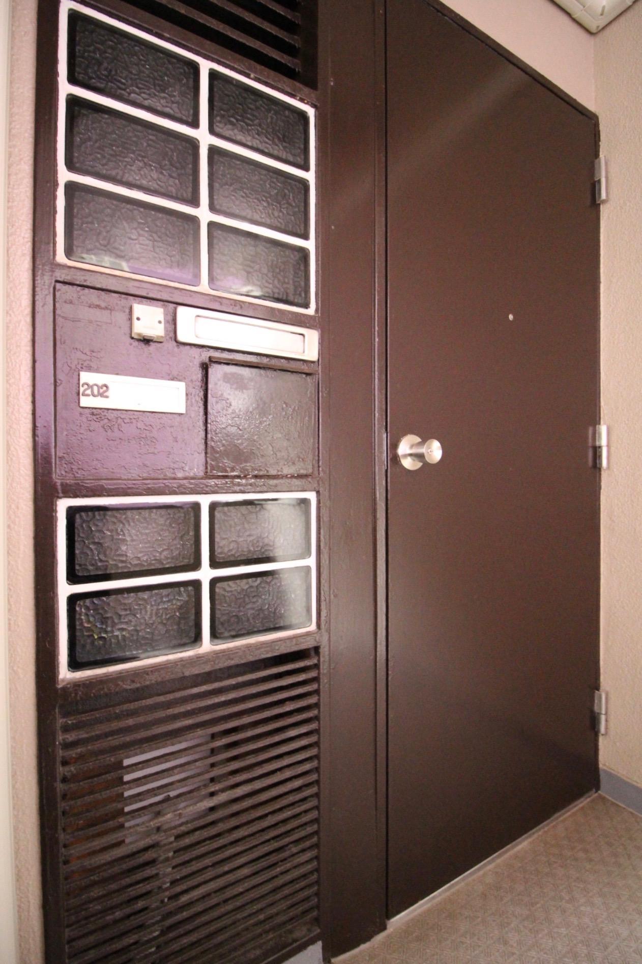 レトロで重厚なドア