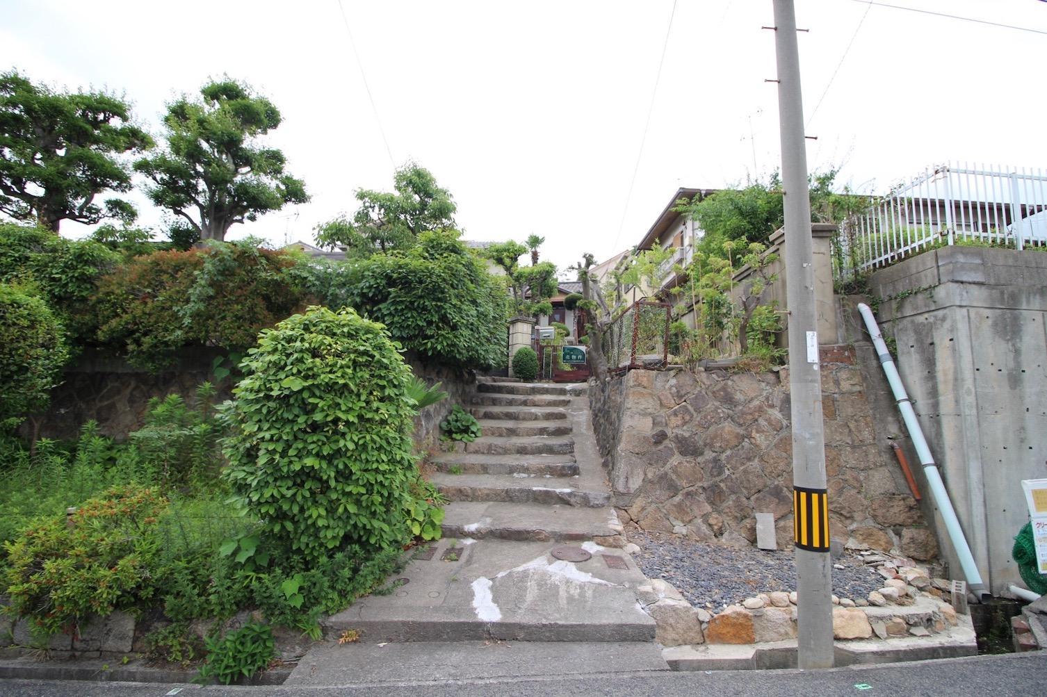 この石垣の階段の先に本物件