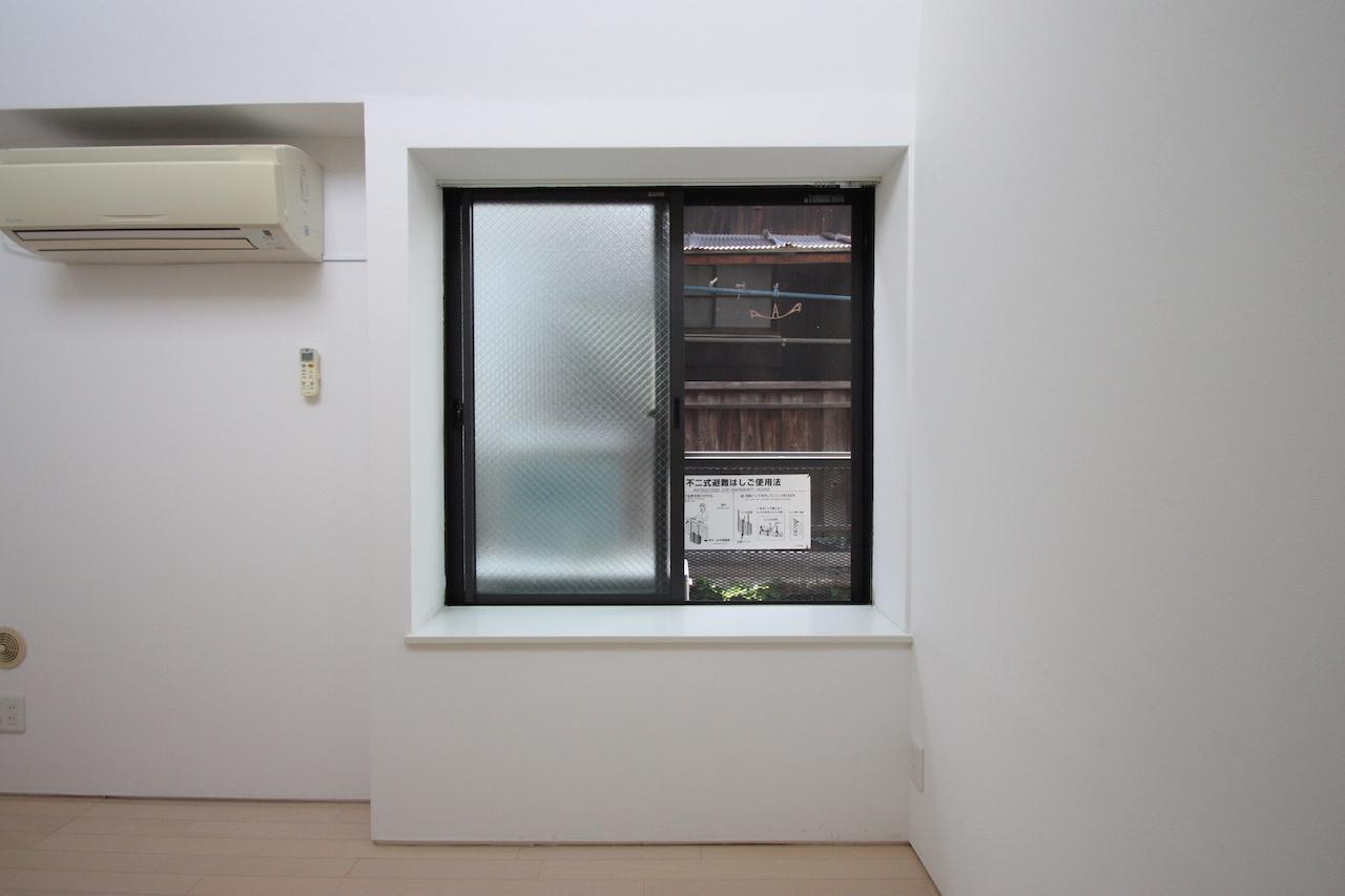 窓辺に腰かけたり飾り棚にしたり[206号]