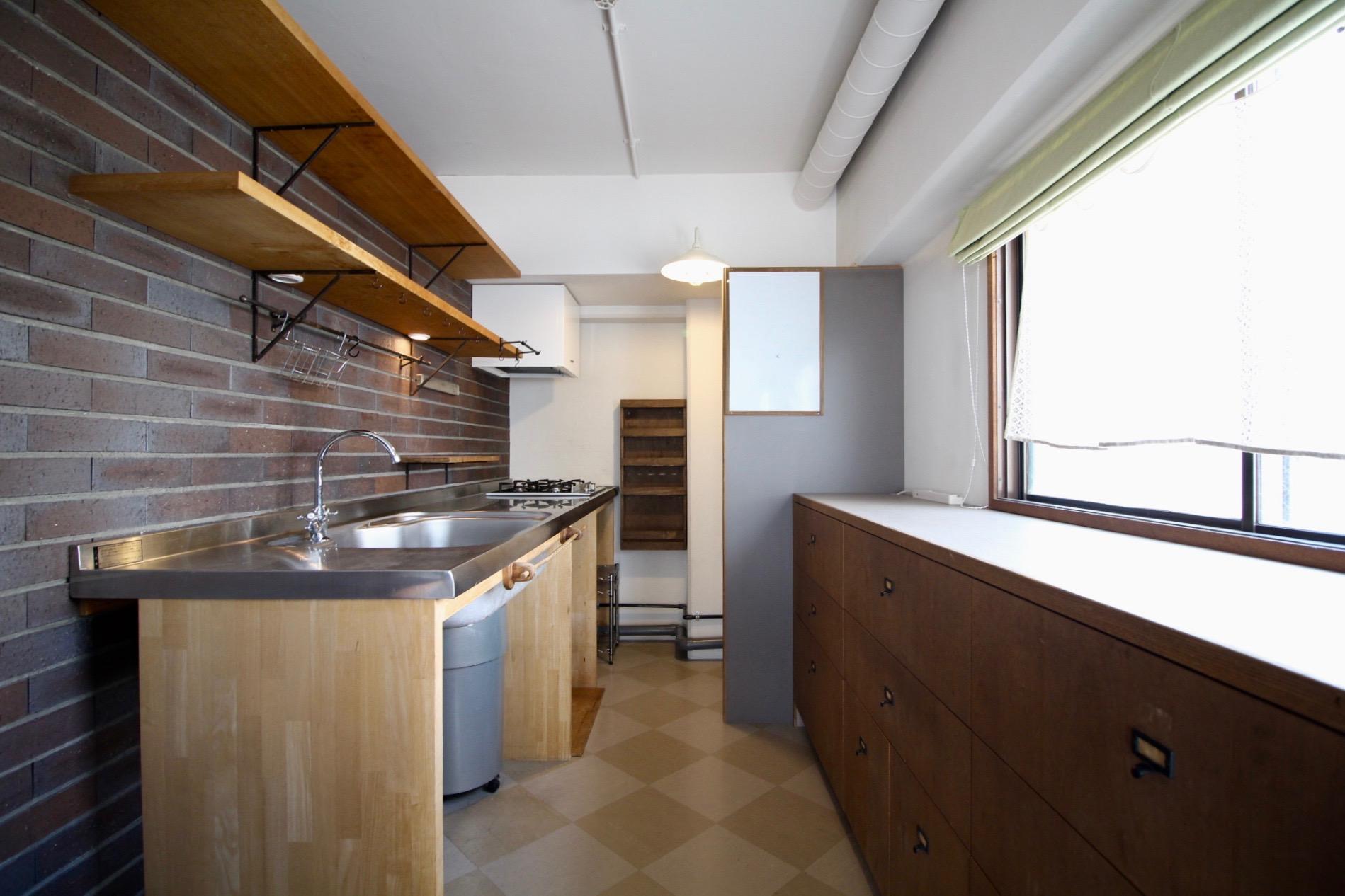 造り付けの収納棚のあるタイルのキッチン