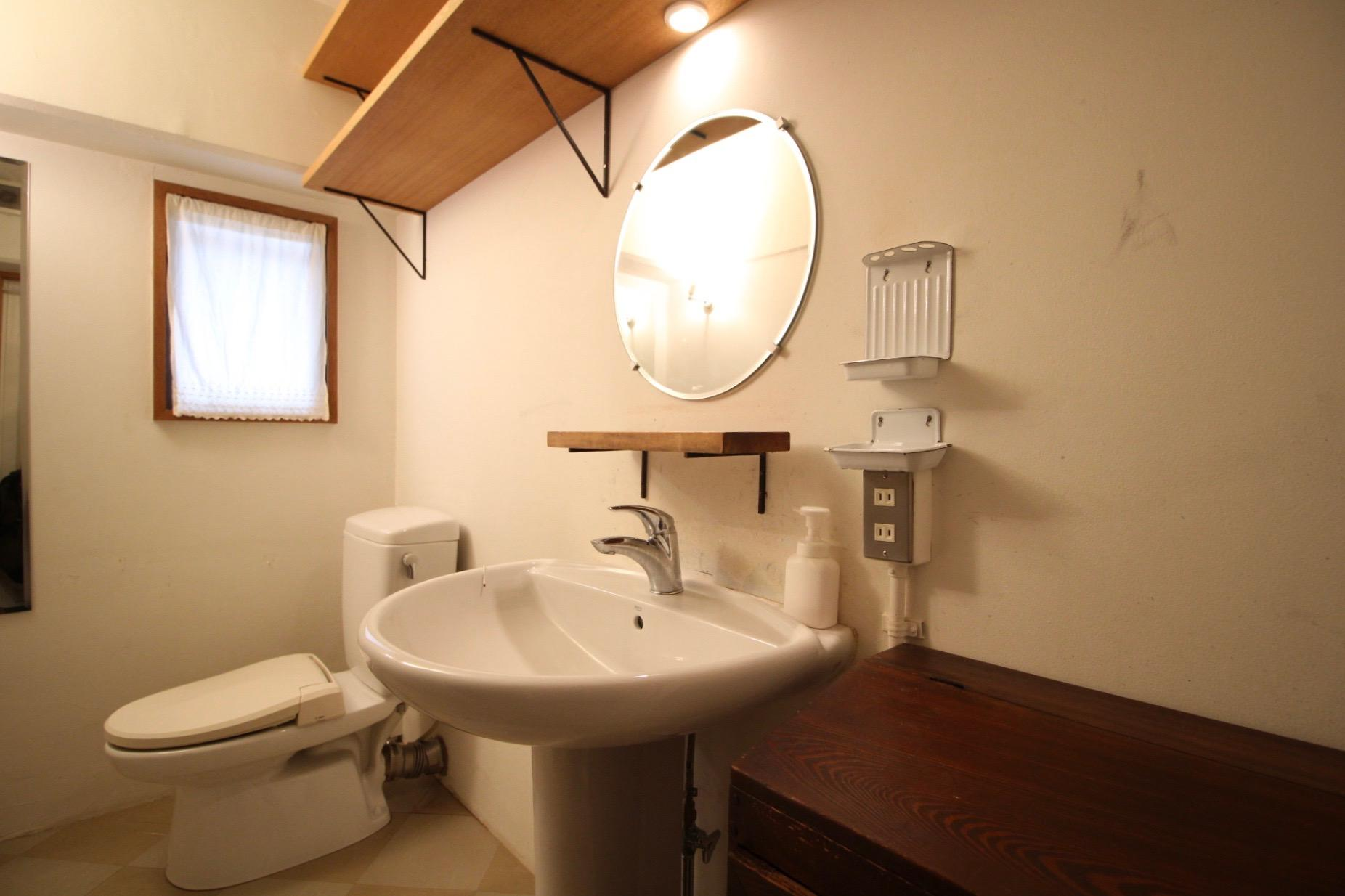 アンティーク家具が似合う洗面台・トイレ
