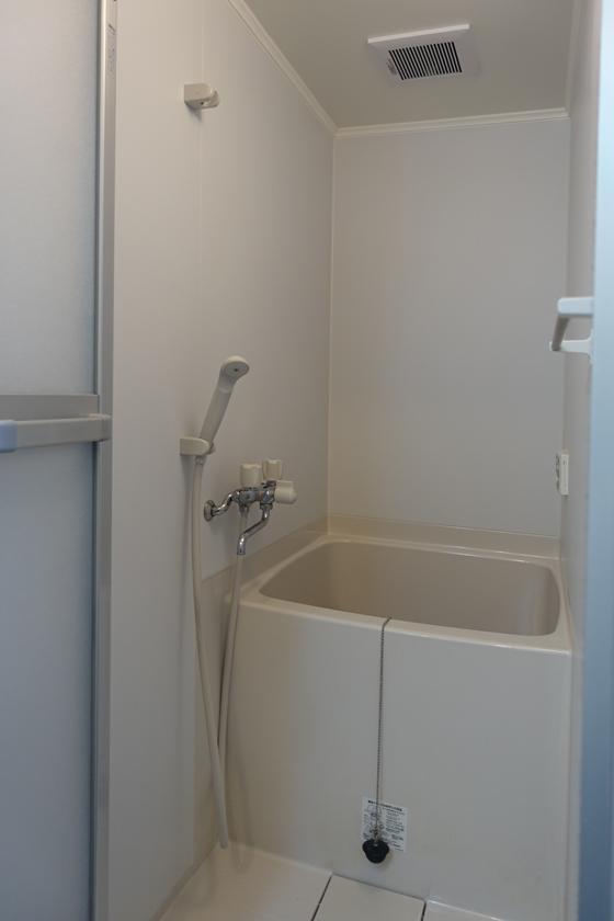 お風呂、ちょっとこちらも奥行きは小さめ。新しめのお風呂