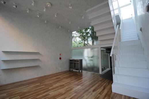 1階。奥に厨房スペースがあり、上階と緩やかに繋がる