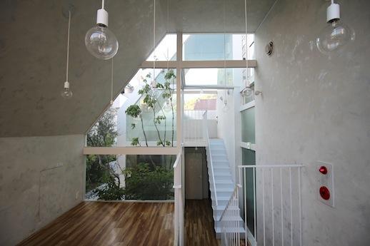 2階の上階からガラス越しに中庭を挟み、3階まで視界が抜ける