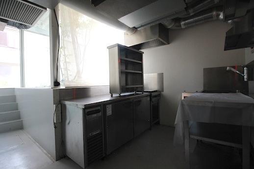同じく1階の下階にある厨房。ビシッとステンレスで統一