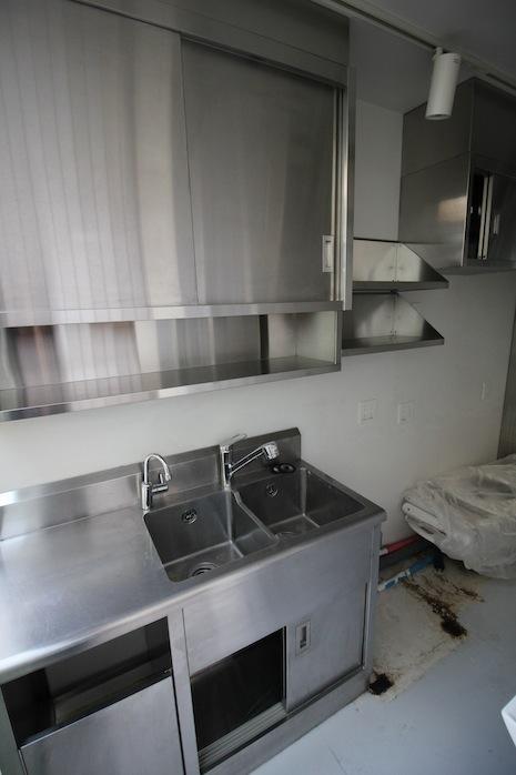 2階の下階奥にはダブルシンクのサブキッチン