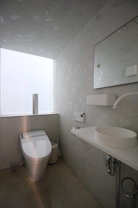 2階の下階奥にあるトイレ。設備も新しくて快適な予感