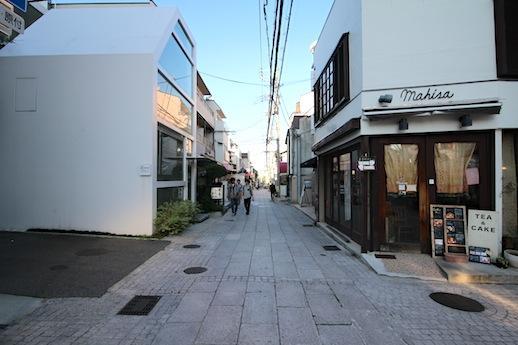 南側前面道路。石畳沿いに店舗が建ち並ぶエリア