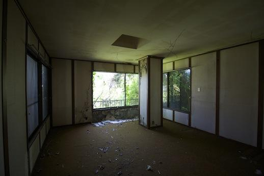 1階北西洋室。内装はボロボロ