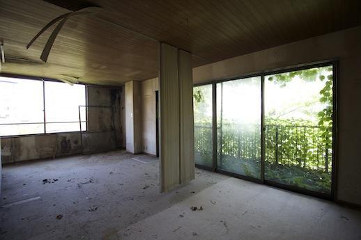 2階。わかりにくいが東+南窓から海