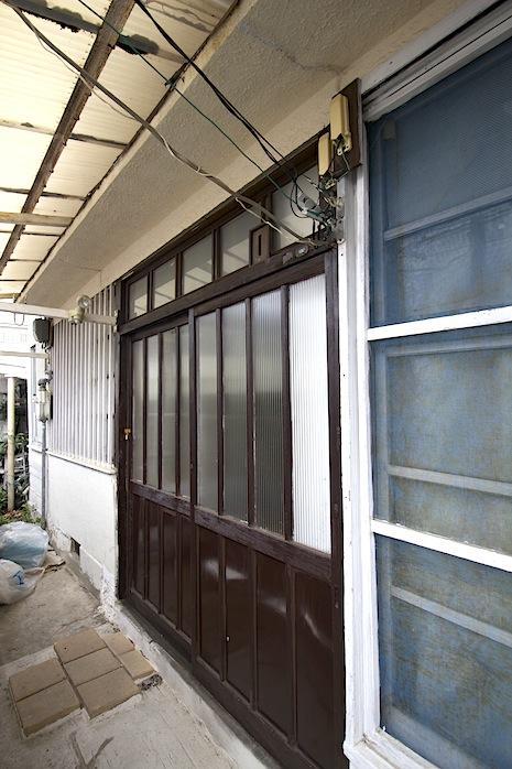 木製の扉やスリガラスがレトロ