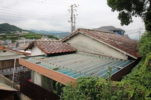 瓦は修理が必要かも。鉄骨の屋根は展望台にするのもアリ