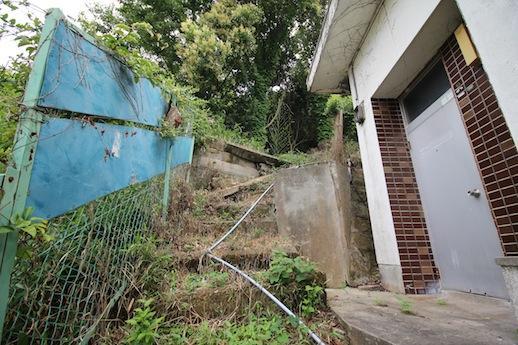 玄関前。山につながる階段!?