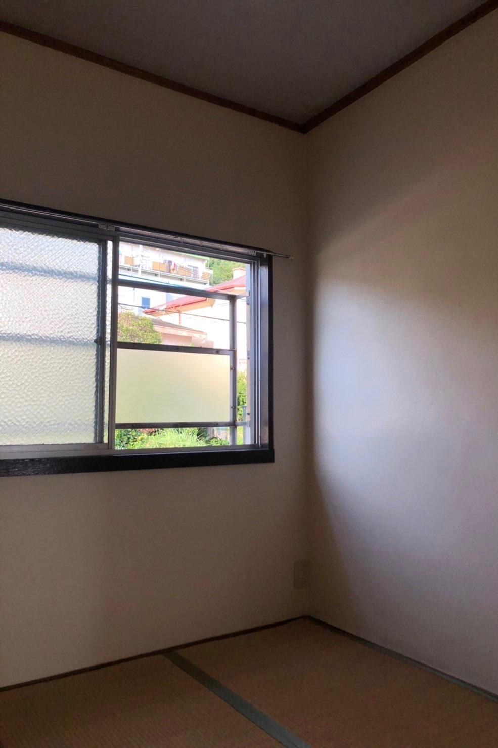 北側和室の窓からは塩屋らしい景色が