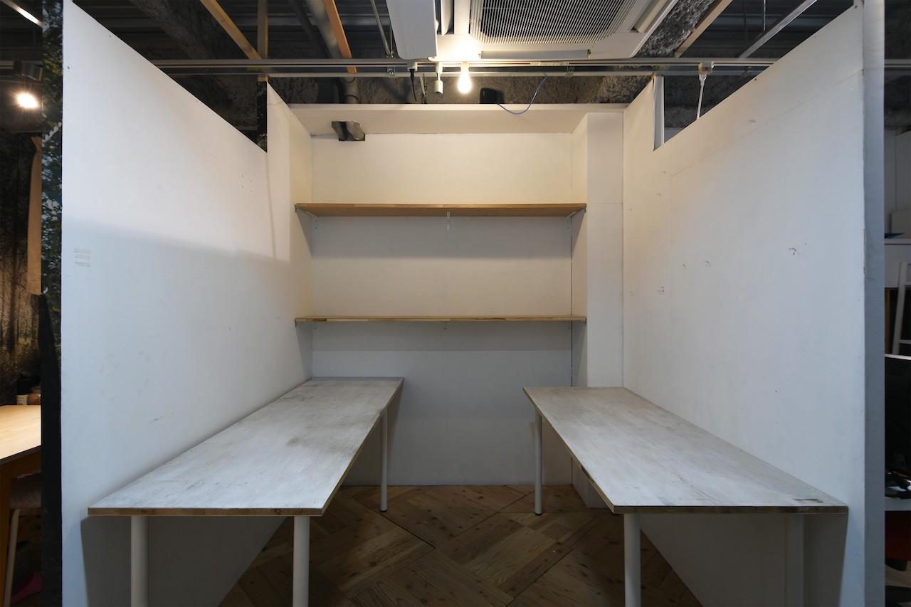 今回募集の区画。机と棚は不要であれば撤去可能[4F]