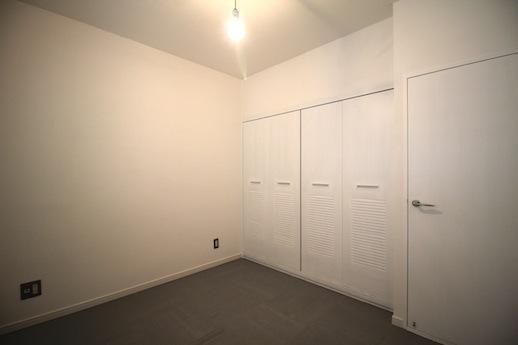 寝室。こちらも白とグレーの塩ビタイル