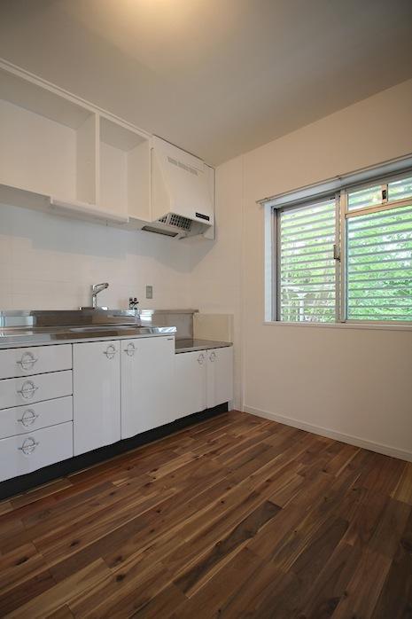 琺瑯製扉や丸環把手などレトロな趣の新設キッチン