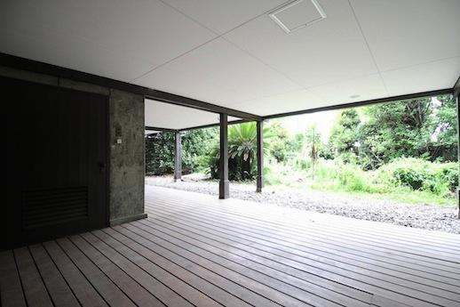 手前に建物下の倉庫。ウッドデッキから庭へと続く