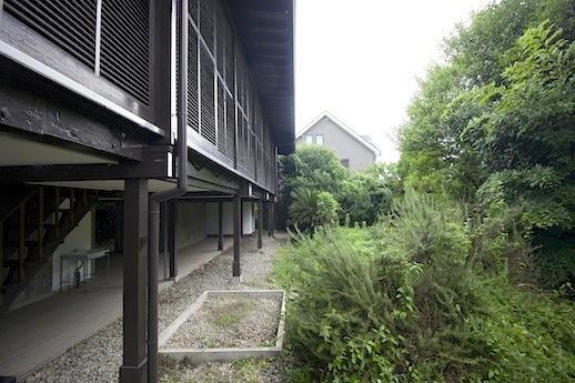 ハーブの庭と浮かぶ建物