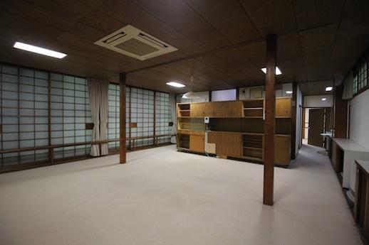 LDK。オリジナルの食器棚が緩やかに空間を仕切る
