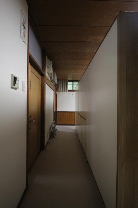 玄関扉を開けるとこんな感じで食器棚がLDKを仕切っている