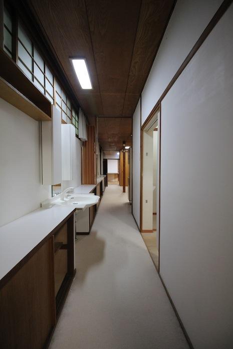 北側廊下にはローキャビネットがズラリ並ぶ。その一部に洗面台も
