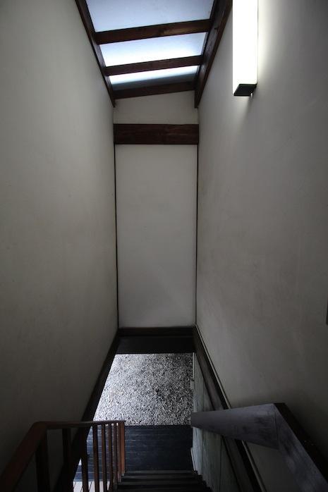 玄関を出ると階段ホール。狭さを感じさせない設計