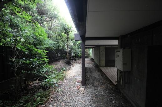 北側の庭。建物下はかなり広い