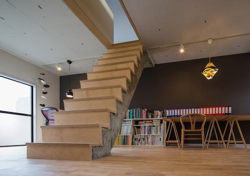 2階。RC造の階段が存在感たっぷり