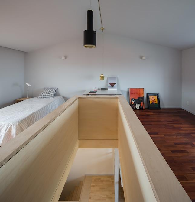3階を反対側から。勾配天井が屋根裏部屋を思わす