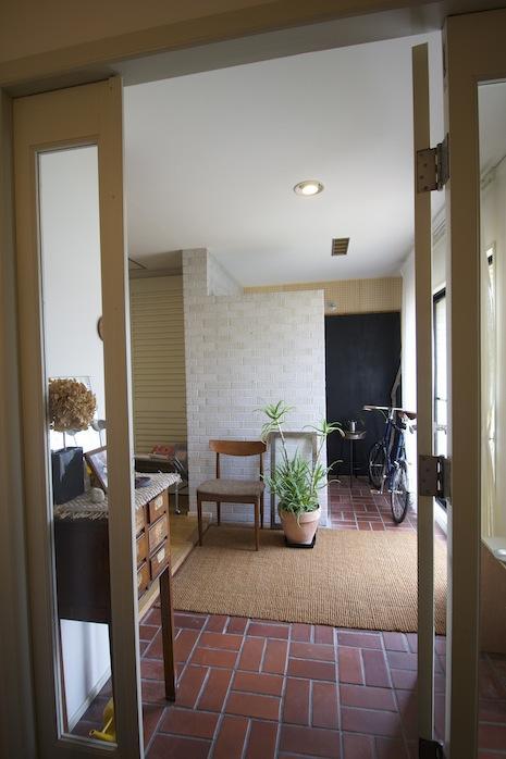 玄関ホールの扉を開けると廊下のような土間空間。タイルが渋過ぎます