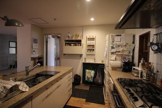 キッチンを反対側から。設備も充実