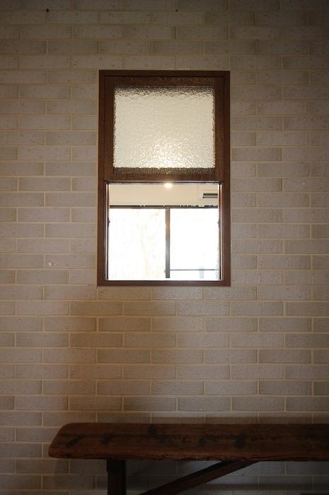 リビングを入ると子ども部屋との間に木製窓