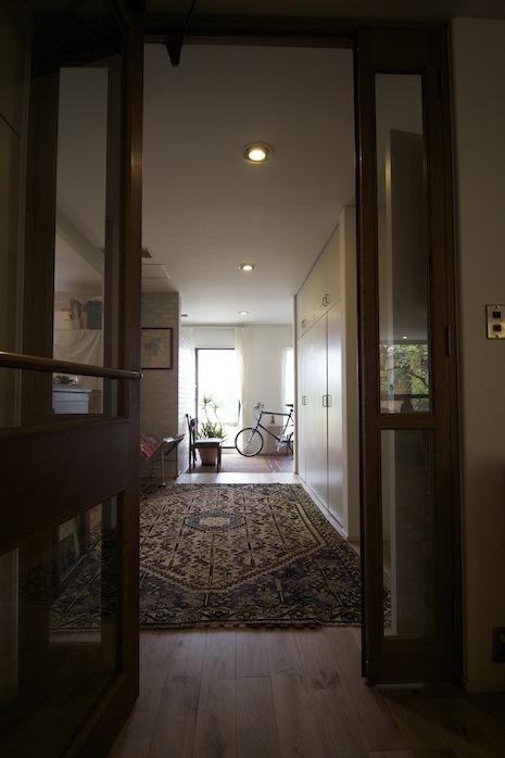 リビングから廊下へ出る瞬間