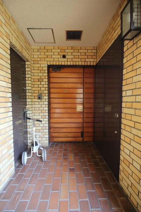 玄関前。この扉にこのタイル