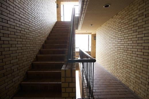 共用廊下。タイルの穴をくぐる感覚
