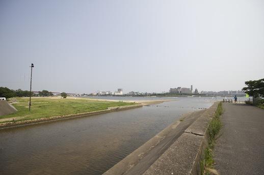 そしてさらに、砂浜と遊歩道が近くにある。バーベキューや運動している人の姿