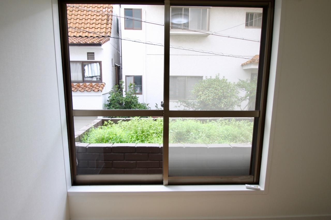 窓の外には花壇が。ちょっとしたハーブや野菜を育ててお料理に