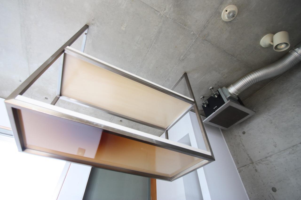 吊り下げ棚とパイプむき出しの換気扇がかっこいい