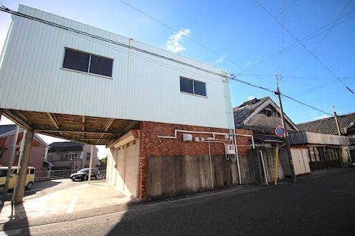 主屋の南側に建てられた店舗・倉庫は昭和49年築の鉄骨造