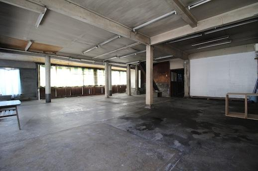 昭和30年頃の改装と推察される1階店舗。奥の丸柱から先(東側)は増床されて一面開口